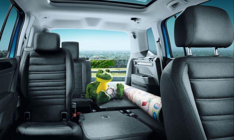 VW Touran z bagażem i częściowo złożonym drugim i trzecim rzędem siedzeń