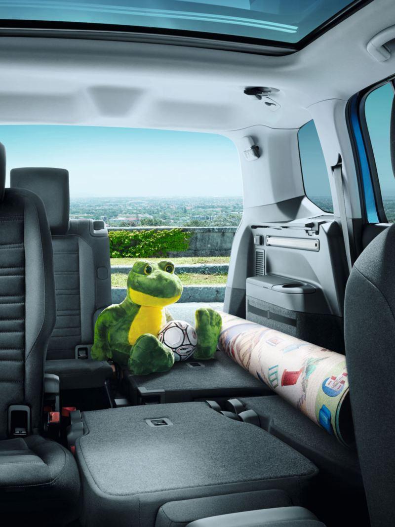 VW Touran mit Gepäck und teilweise umgelappter zweite und dritte Sitzreihe