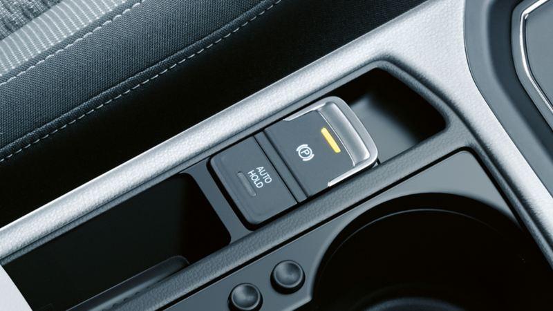 Innenansicht eines Volkswagens mit Fokus auf den dynamischen Anfahrassistenten auf der Mittelkonsole