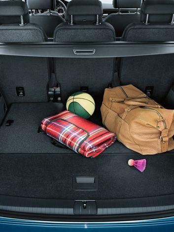 Sacca e oggetti nel bagagliaio aperto di Touran