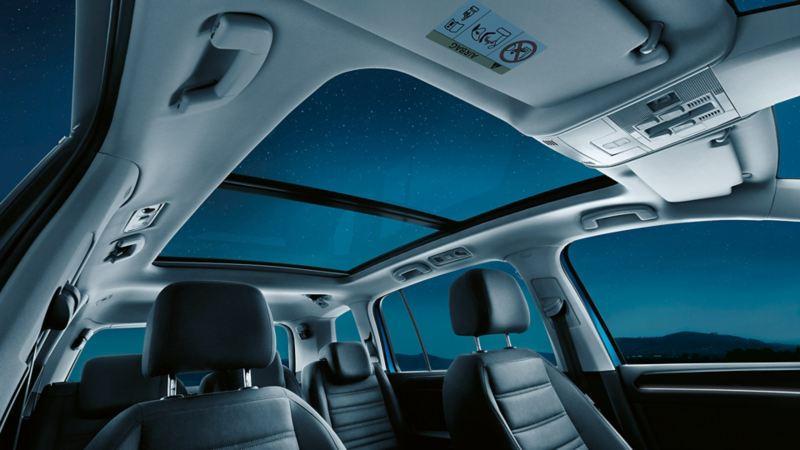 Blick von Innen auf das Panoramadach eines VW Touran