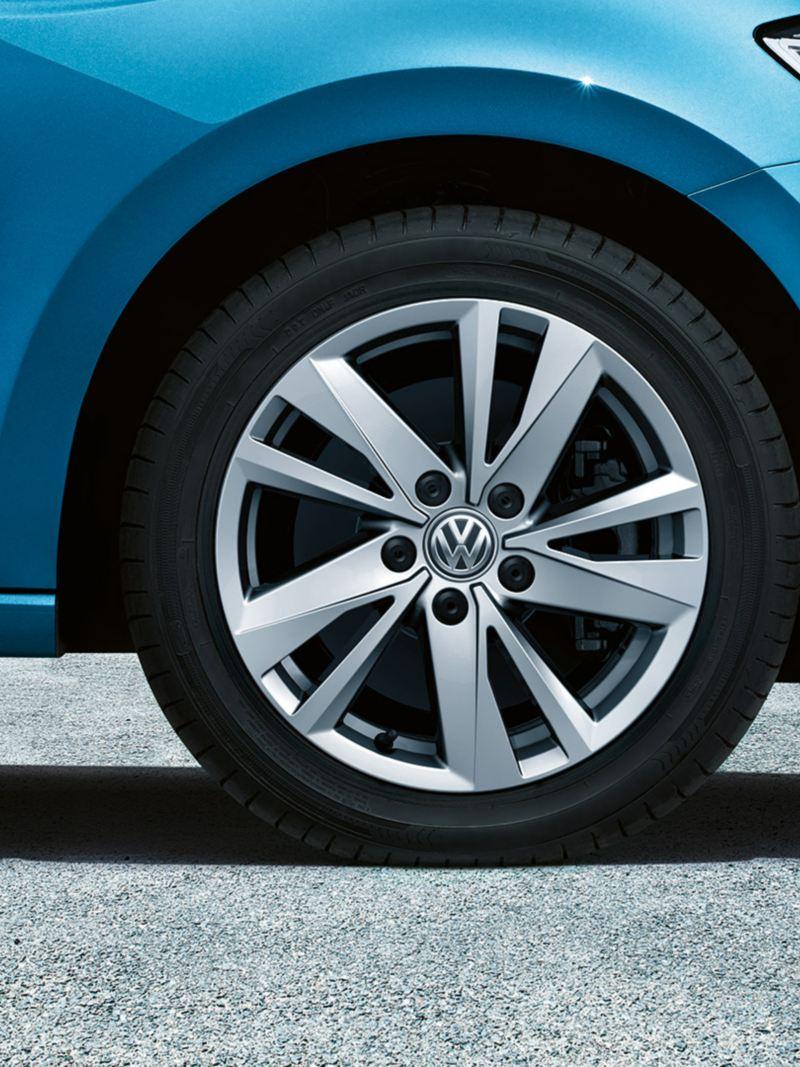 """Framhjulet på en VW Touran med fälgen """"Karlstad""""."""