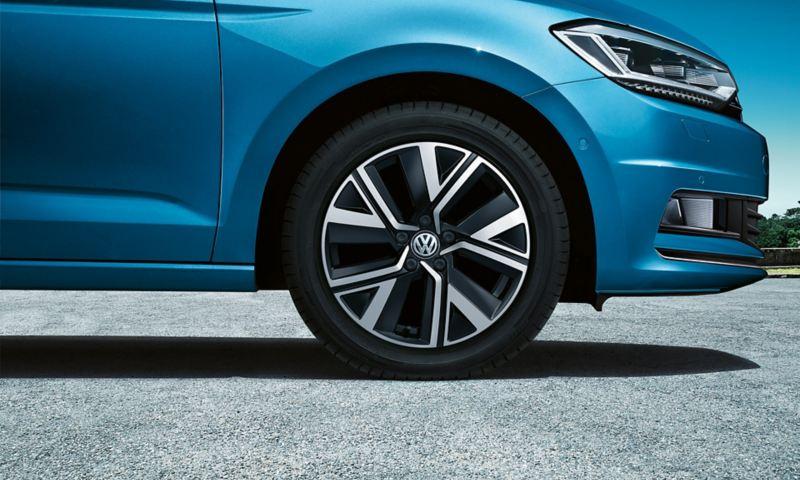 """Framhjulet på en VW Touran med fälgen """"Alexandria"""""""