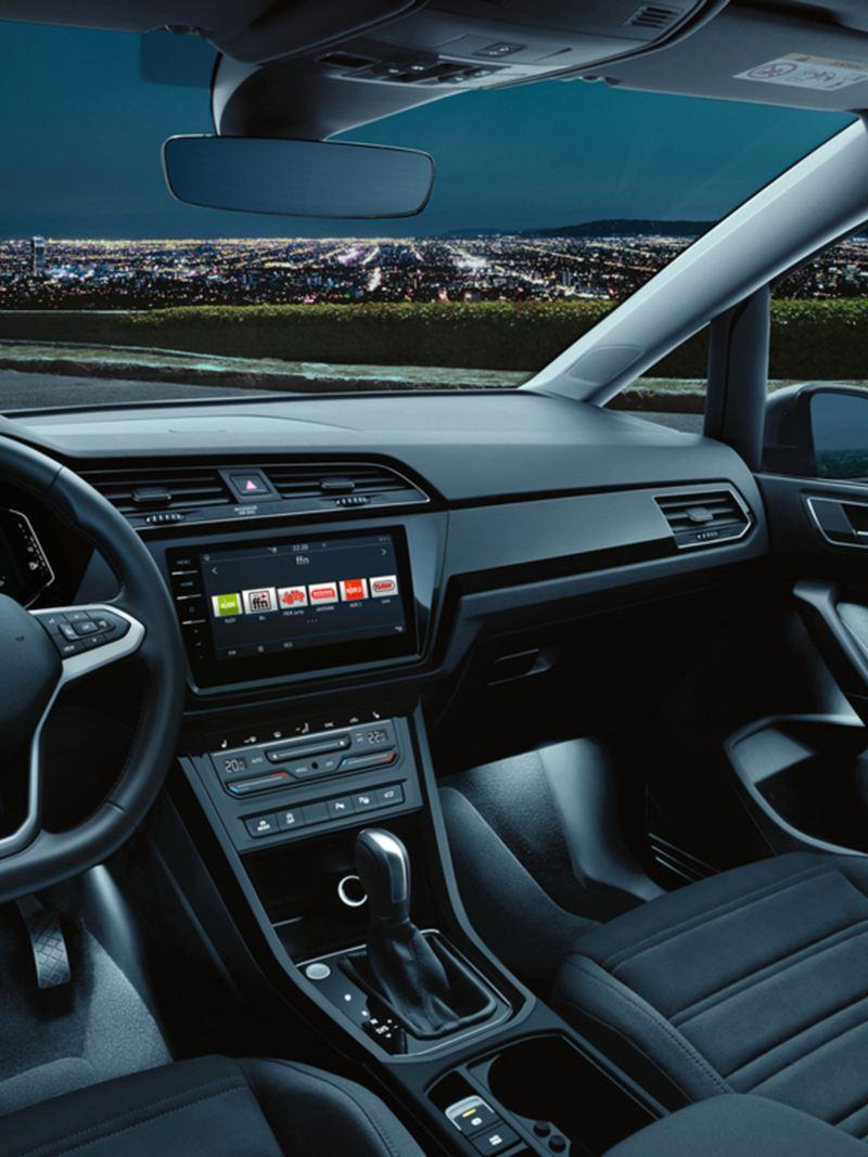 Innenraum eines VW Touran bei Dunkelheit mit aktivierter Ambientebeleuchtung