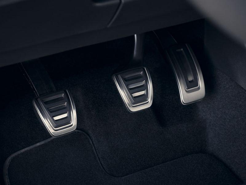 VW Touran ACTIVE. Detail von den Pedalen im Fußraum in gebürstetem Edelstahl mit Antirutsch-Beschichtung.