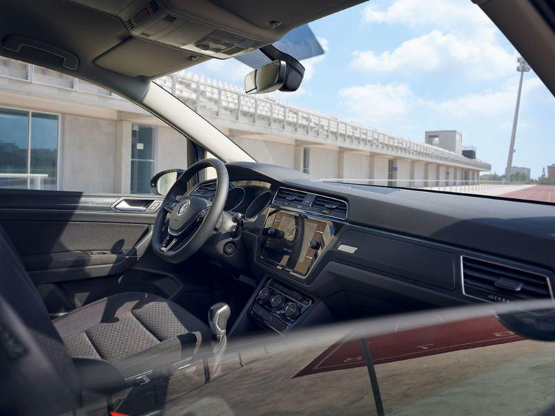 Blick durch halbgeöffnetes Beifahrerfenster eines VW Touran UNITED