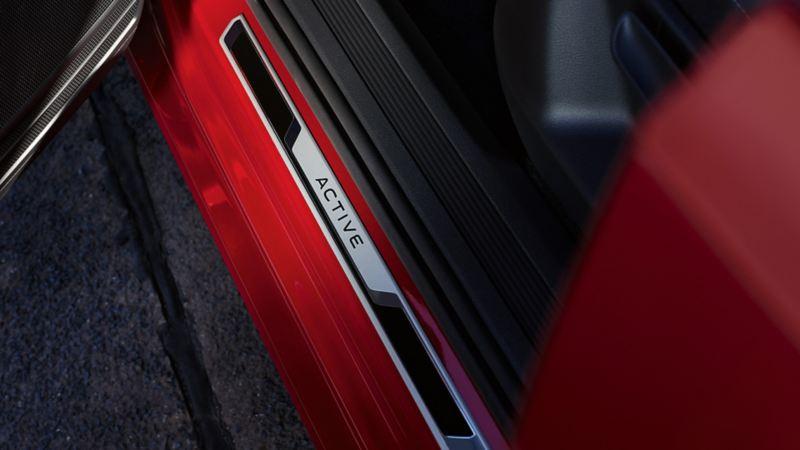 ACTIVE Sondermodelle Einstiegsleiste an einem roten VW Touran ACTIVE.