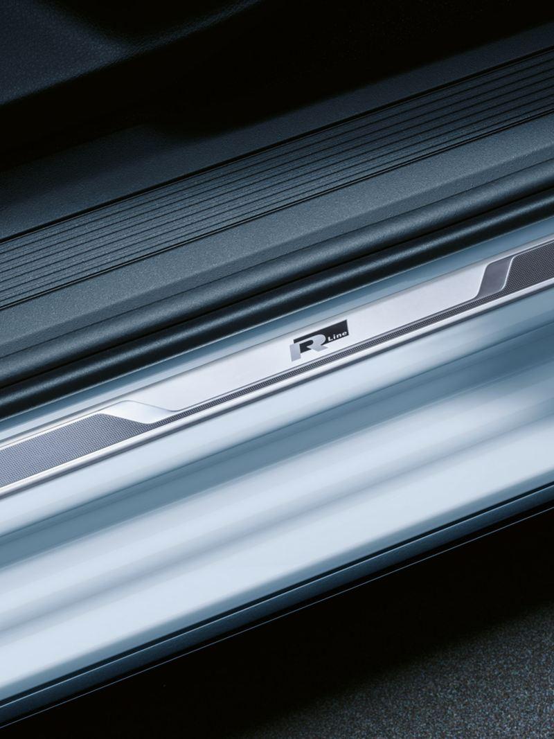"""Einsteigsleiste des VW Touran in Aluminium mit """"R-Line""""-Logo"""
