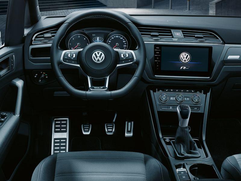 """Interieur eines VW Touran mit R-Line Ausstattung und R-Line-Logo in Infotainment-System """"Discover Pro"""""""