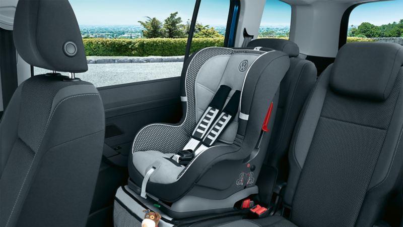 Fotelik samochodowy na tylnym siedzeniu VW Touran zamocowany w uchwytach ISOFIX