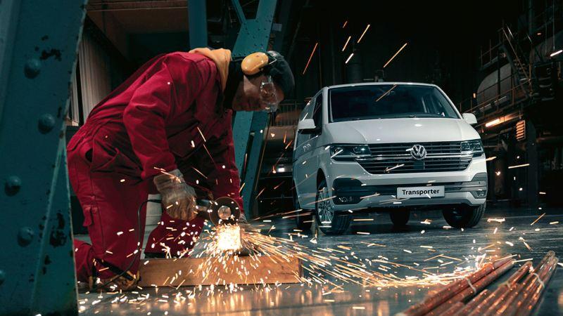 vw Volkswagen Transporter 6.1 varebil kassebil firmabil budsjåfør budbil varelevering sveiser sveising hørselvern lagerlokale stålrør