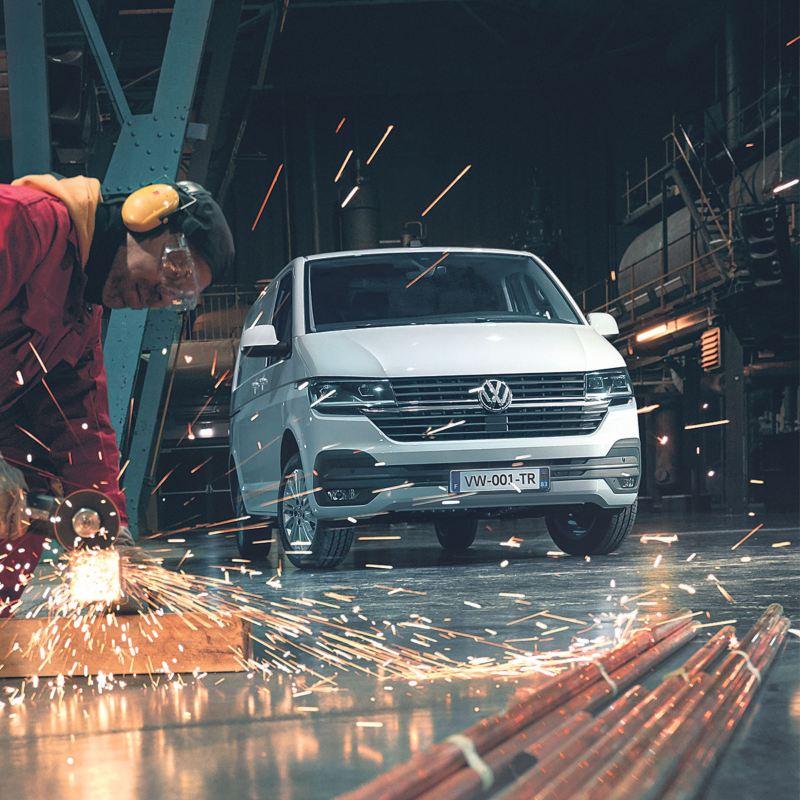 Vue de profil  du Volkswagen Véhicules Utilitaires Transport Van 6.1 blanc chantier