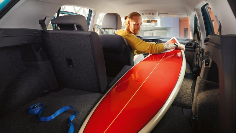 Bilägare med surfingbräda