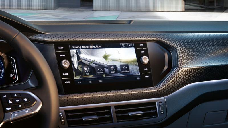 Wnętrze Volkswagena z fokusem na komputer pokładowy z wyborem profilu jazdy