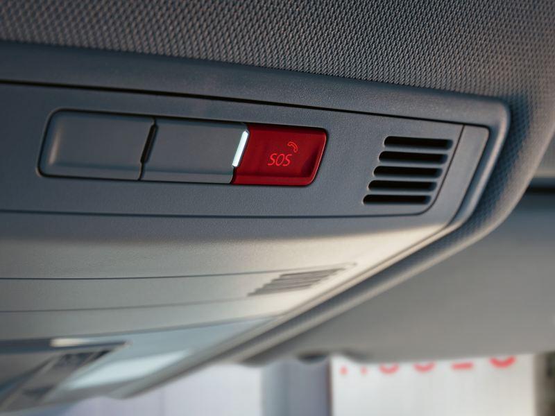 """Pulsante del sistema di chiamata d'emergenza """"eCall"""" sul padiglione di Volkswagen T-Cross"""