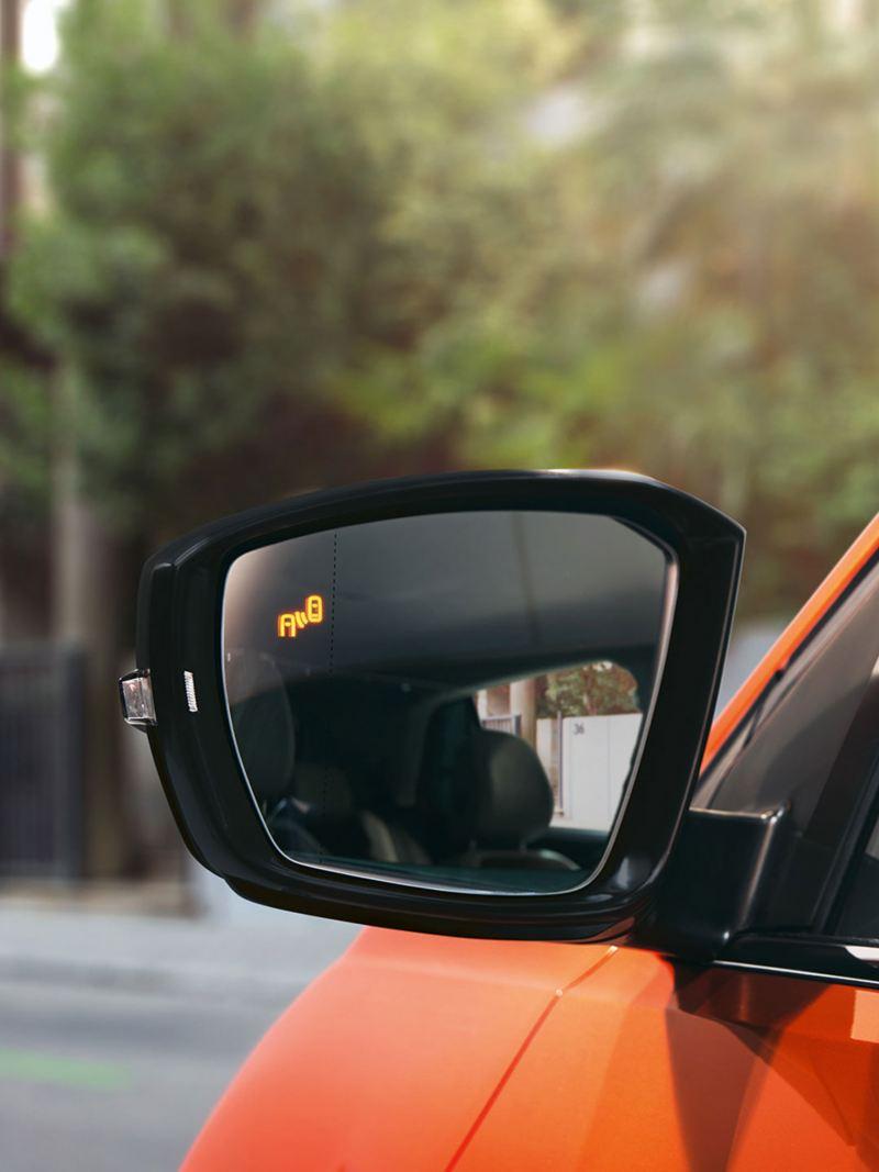 paricolare dello specchietto T-Cross con sensore Blind Spot attivato