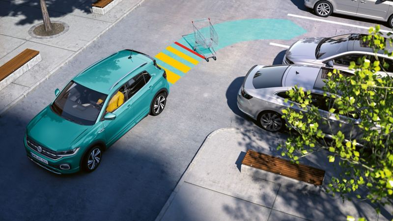 Una Volkswagen T-Cross sta parcheggiando con il sistema di ausilio al parcheggio. Il funzionamento dei sensori è rappresentato con una freccia
