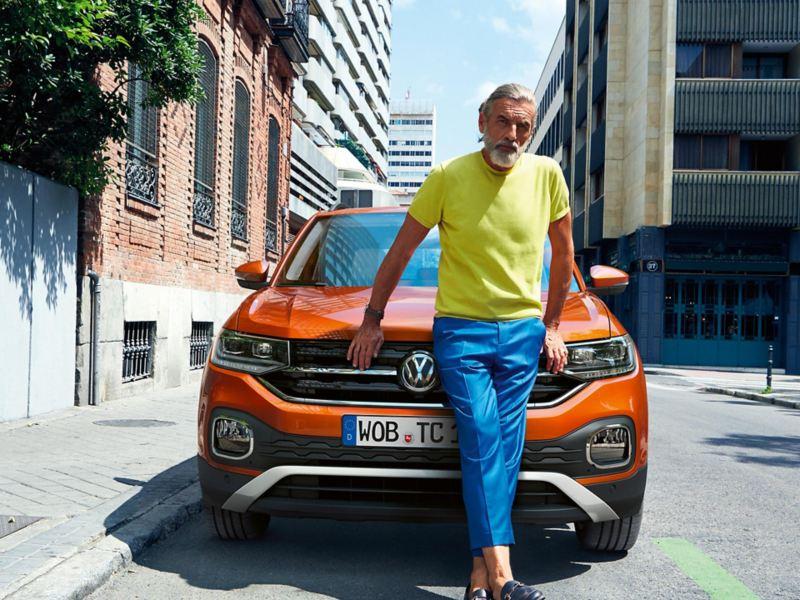 Mann lehnt an VW T-Cross Front