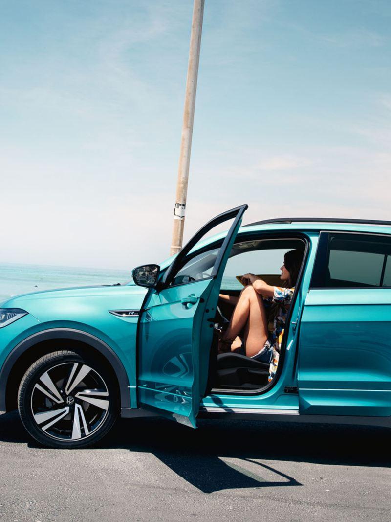 Volkswagen T-Cross parkert ved stranden, førerdøren er åpen