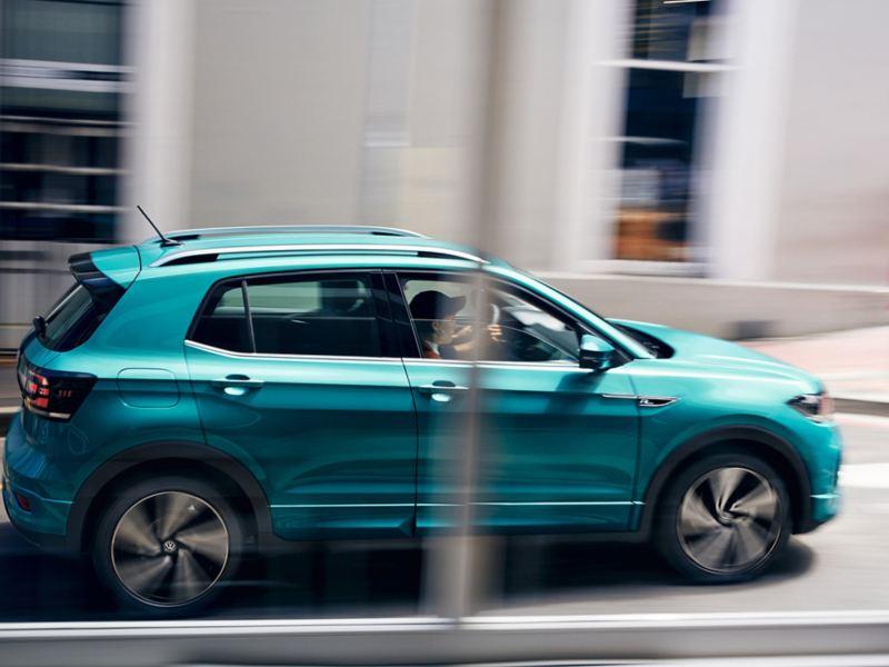 Blick auf einen vorbeifahrenden Volkswagen T-Cross