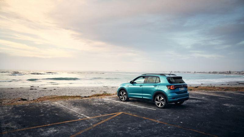 Modello T-Cross Volkswagen parcheggiato vicino al mare