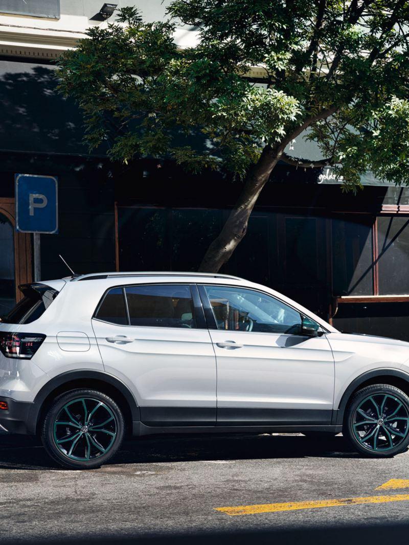 "Volkswagen T-Cross με πακέτο σχεδίασης ""Bambus Garden Green"" παρκάρει κοντά σε μια διασταύρωση με φανάρι"