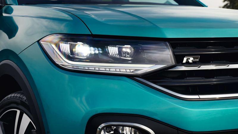 Vista frontale di una Volkswagen, dettaglio dei fari