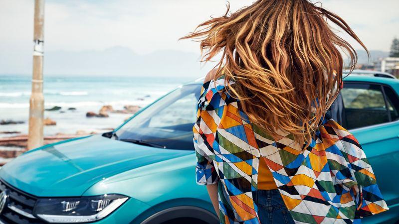 Frau hat etwas im VW T-Cross vergessen