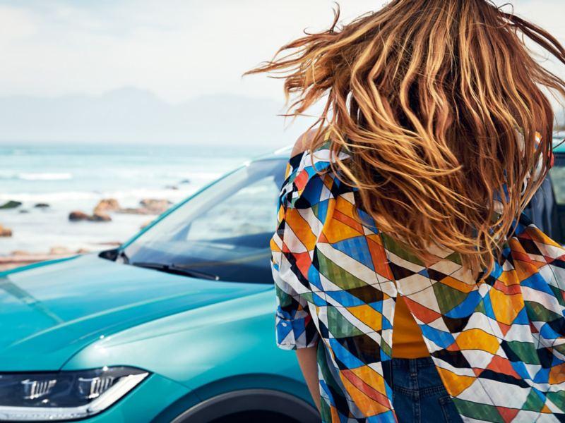 Kvinne foran Volkswagen T-Cross