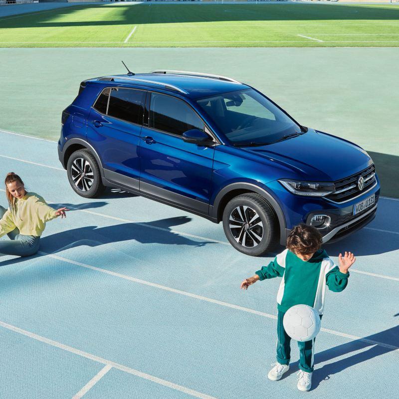 Kind mit Ball, im Hintergrund der VW T-Cross UNITED