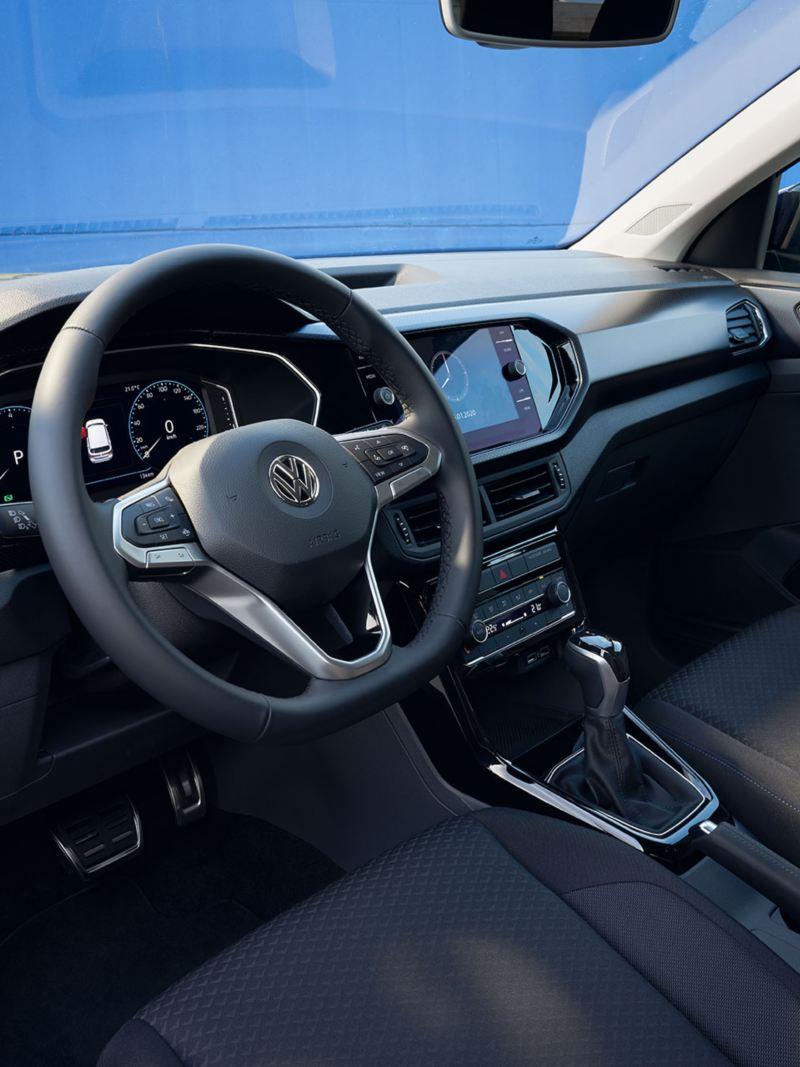Sicht durch die offene Fahrertür eines VW T-Cross auf das Interieur