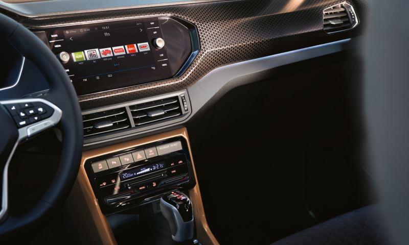 """Vista sobre o lugar do passageiro e a consola central do Volkswagen T-Cross interior com pacote design """"Penny Copper"""""""