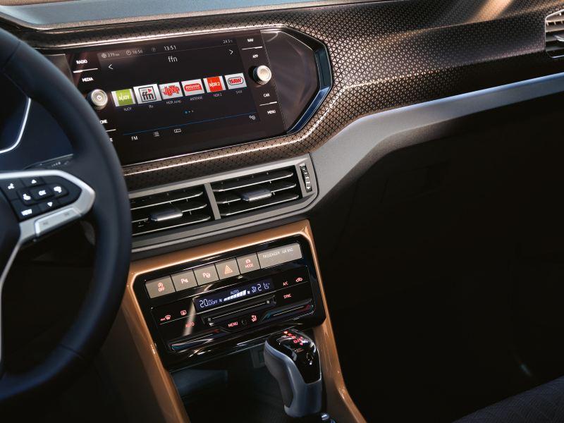 """Blick auf Beifahrerplatz und Mittelkonsole des VW T-Cross Interieur mit Designpaket """"Penny Copper"""""""