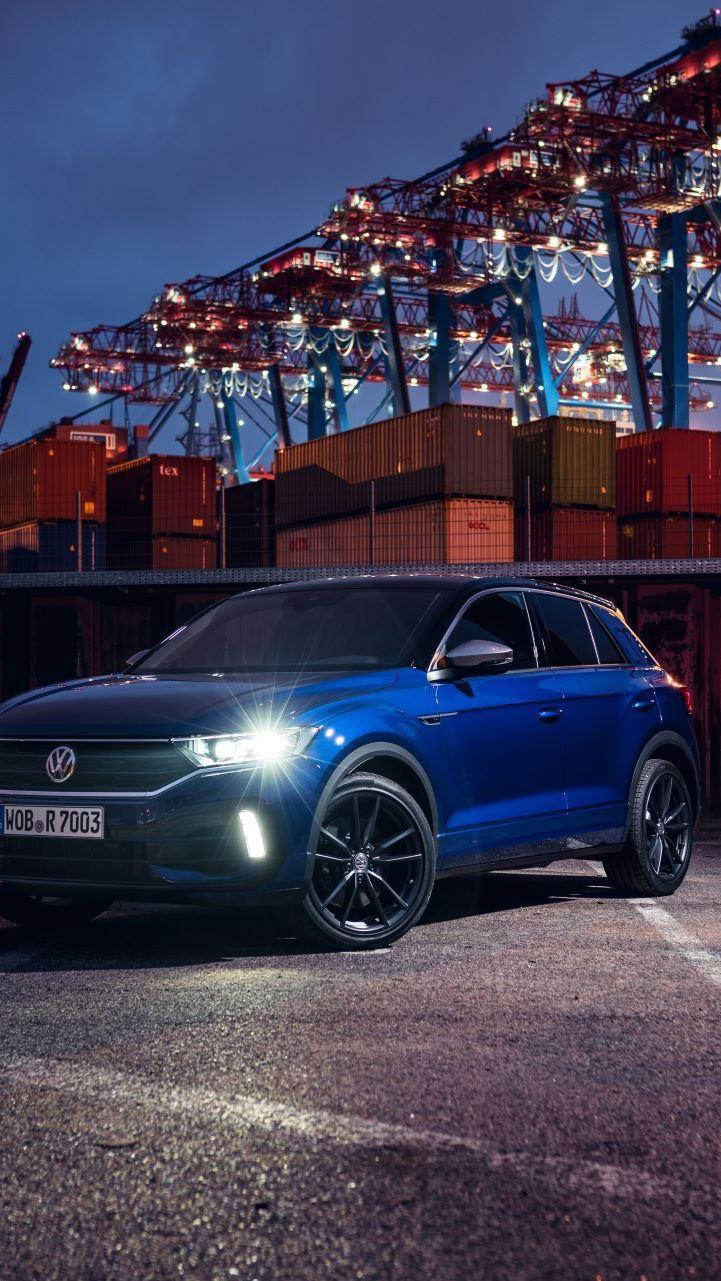 VW T-Roc R parkerad med tända framlycktor