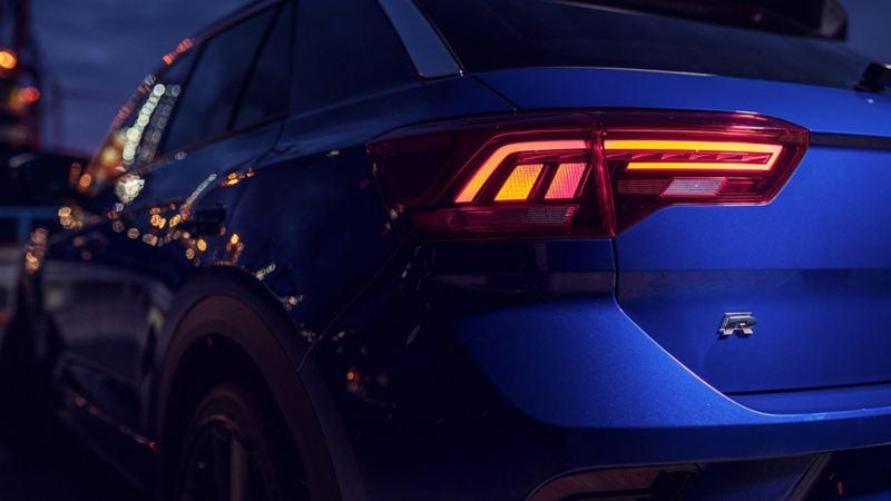 VW T-Roc, rijdend op een weg, zijaanzicht schuin