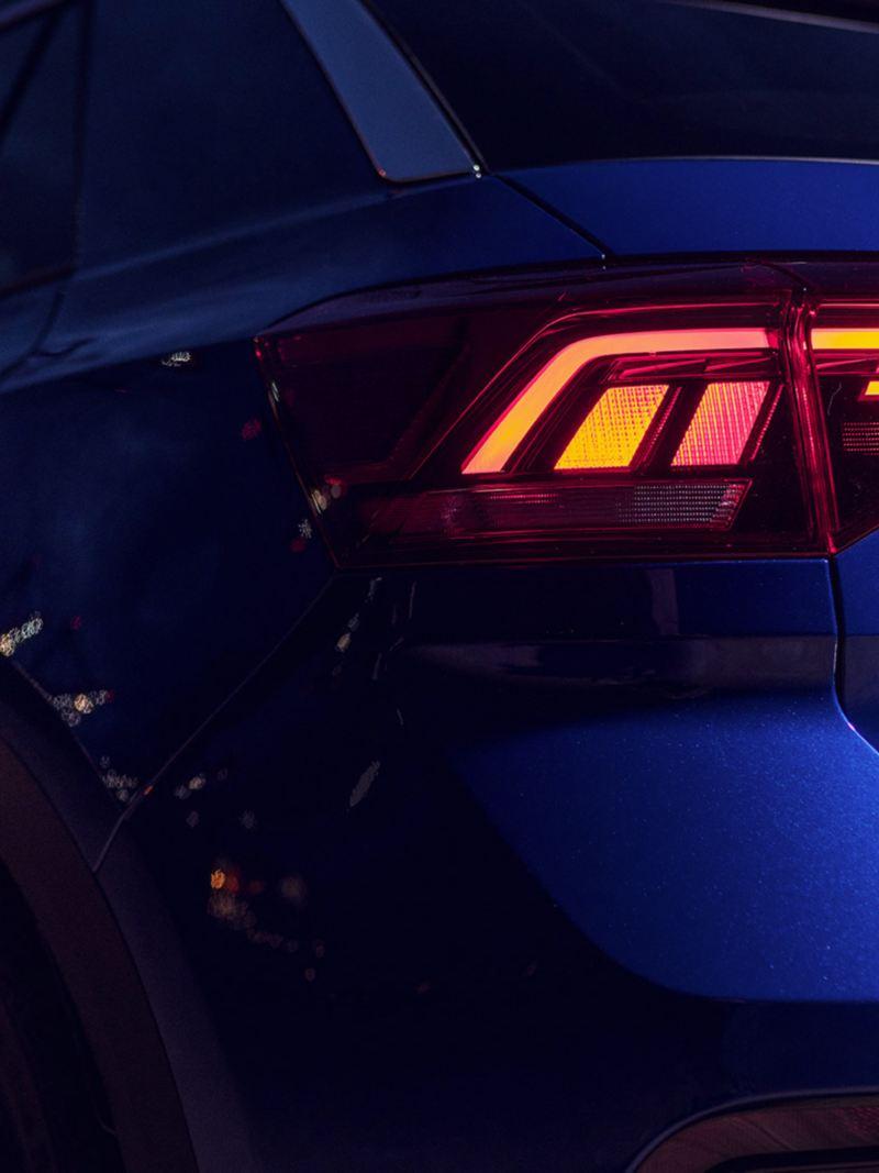 VW T-Roc R, rijdend op een weg, zijaanzicht schuin
