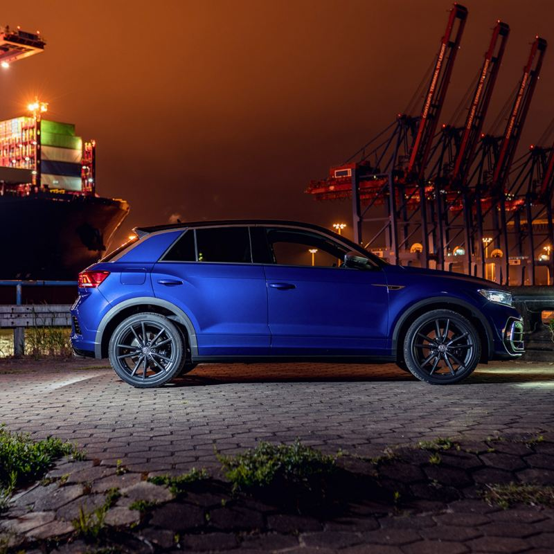 VW T-Roc R parkeert langs een weg, beeld van opzij