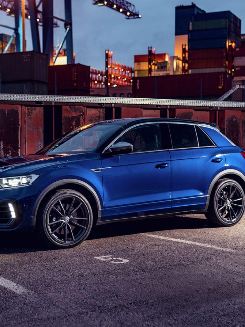 VW T-Roc R staat op een weg, zijaanzicht