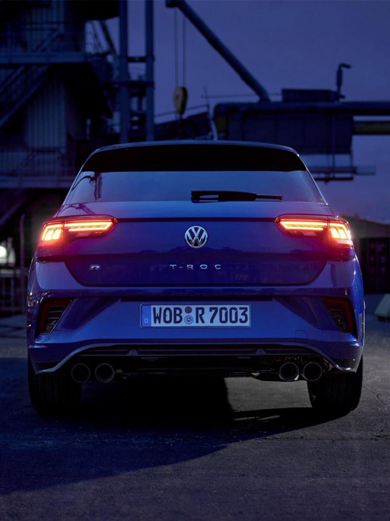 VW T-Roc R, rijdend op een weg, achteraanzicht