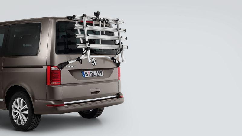 Volkswagen Caravelle z bagażnikiem rowerowym montowanym na klapie tylnej bagażnika.
