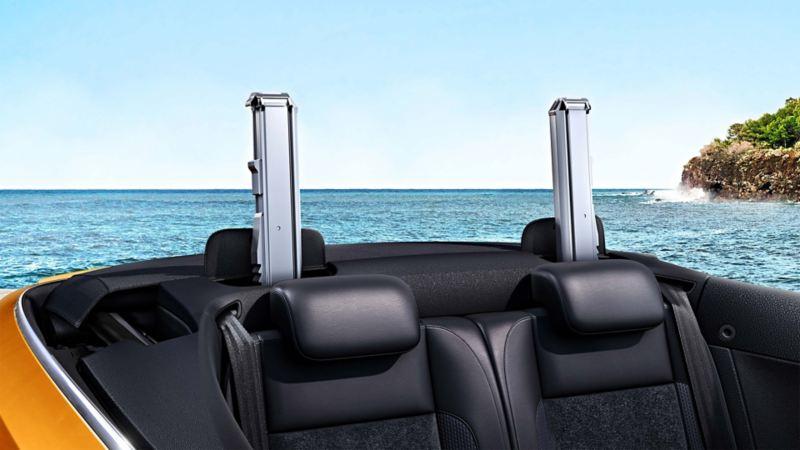 VW na wybrzeżu z wysuniętymi pałąkami przeciwkapotażowymi