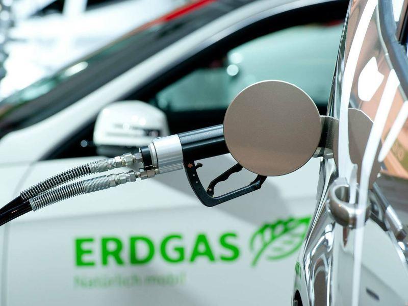pistola pompa distributore metano nel serbatoio di Volkswagen auto a metano