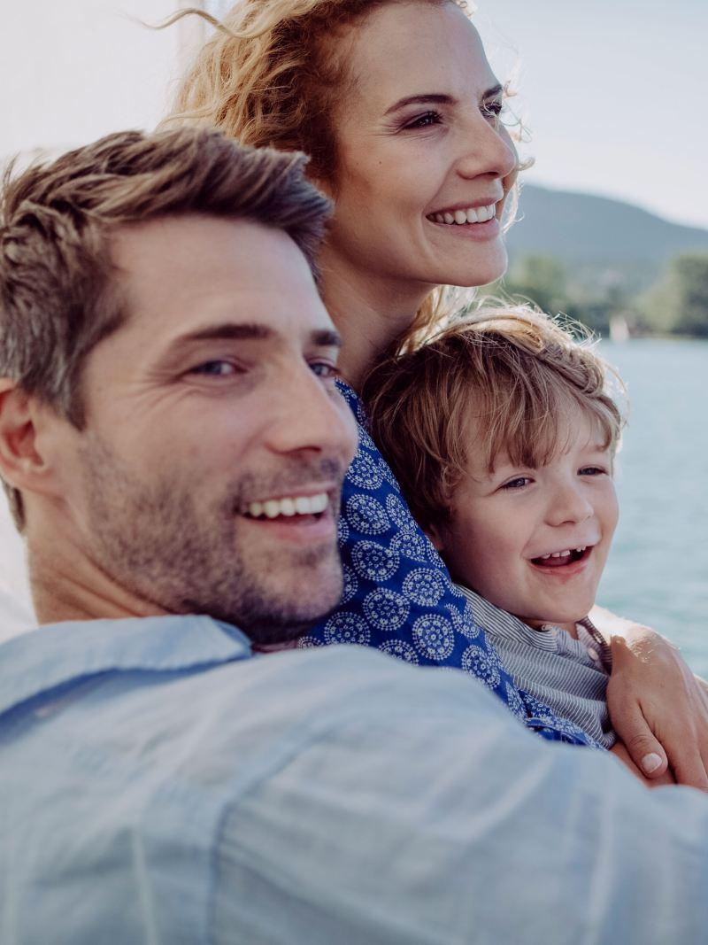Eine glückliche Familie am See