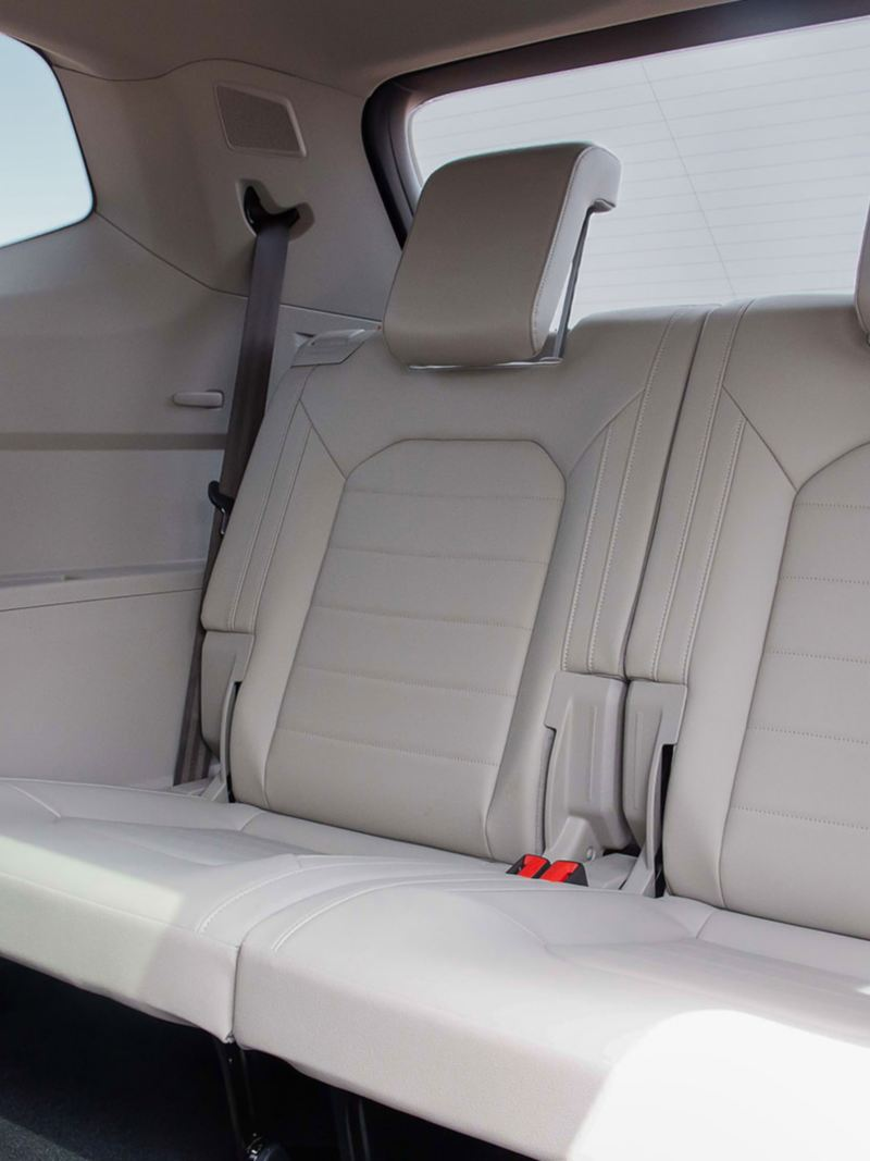 Rear seats in white in the Volkswagen Teramont