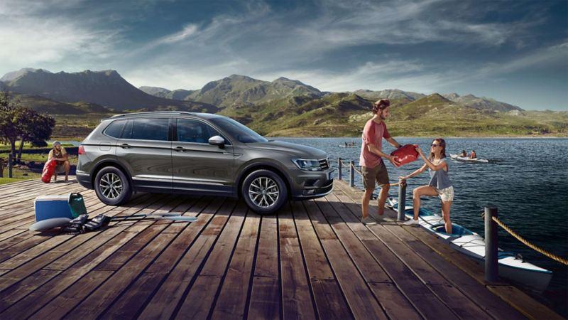 La Volkswagen Tiguan Allspace parcheggiata in riva a un lago
