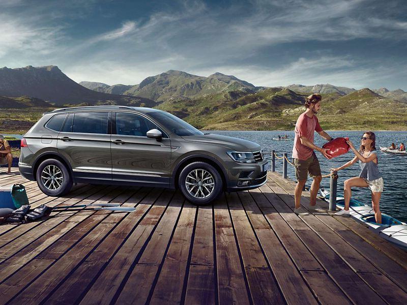 VW Tiguan Allspace parkt an einem See
