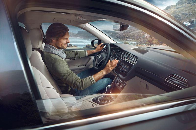 Uomo alla guida di una Volkswagen Tiguan Allspace