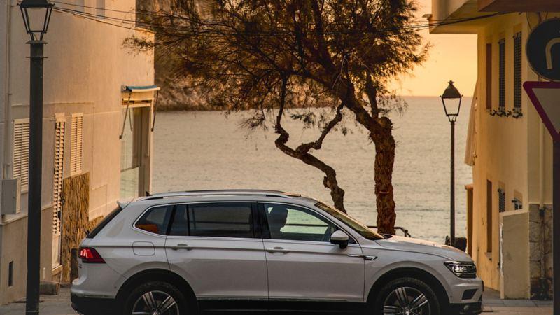 En Tiguan Allspace står parkerad vid havet på Mallorca