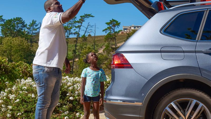 Foreman Thulani and his daughter inspect the trunk of the Tiguan Allspace