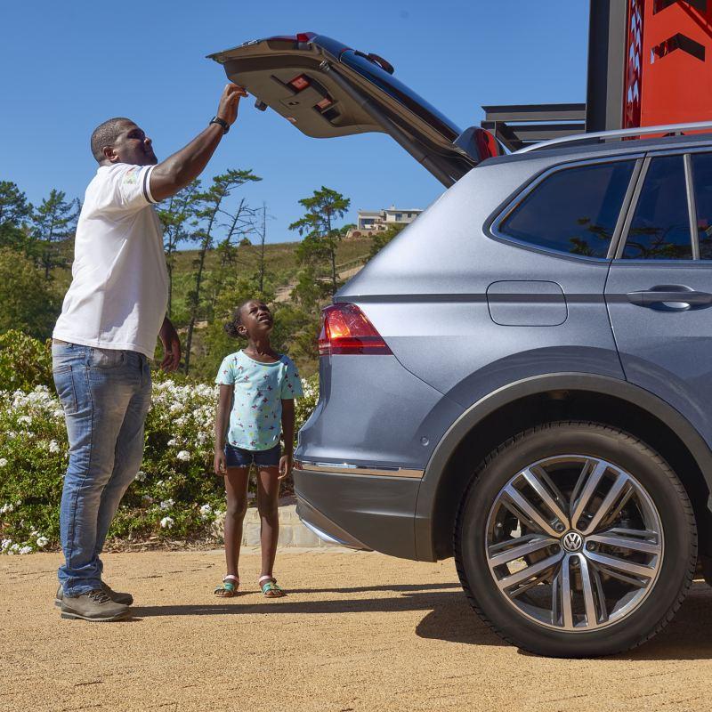 Thulani und Tochter beladen den Kofferraum des Tiguan Allspace